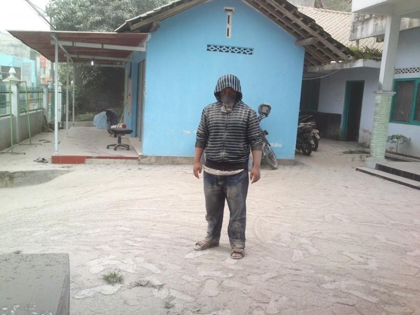 keep safety, brosis. Ini wujud saya abis nerabas hujan abu.