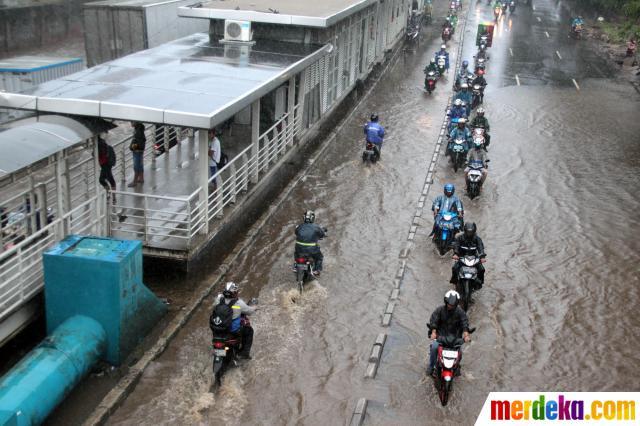 aksi-nekat-pemotor-lawan-arah-hindari-banjir-di-daan-mogot-001-isn