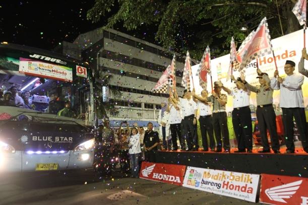 Jajaran Manajemen AHM bersama dengan Kepala Korps Lalu Lintas Kepolisian Republik Indonesia Irjen Polisi Drs Condro Kirono, MM, MHum(tengah), Direktur Keselamatan Transportasi Darat Kementrian Perhubungan Gede Pasek Suardika (ketiga kanan) melepas keberangkatan armada bus eksekutif rombongan MBBH 2015 di Gedung AHM, Sunter (12/7).