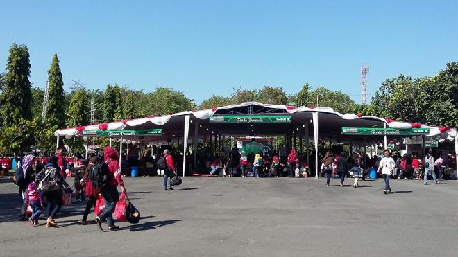 Peserta Mudik Bareng Honda 2015 tiba di area parkir barat Jogja Expo Center langsung diarahkan menuju ke tenda pemudik untuk beristirahat sejenak sekaligus bersiap untuk serah terima kendaraan bermotor. (13/7)