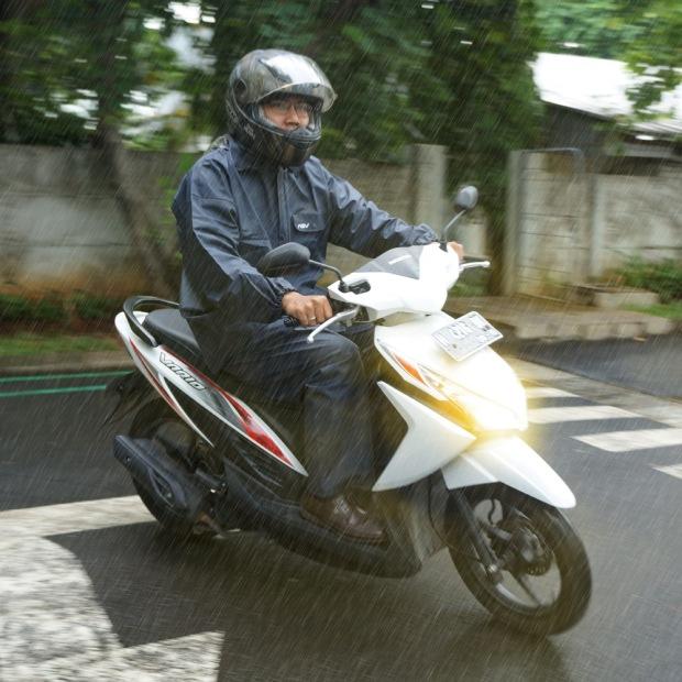 AstraMotor-1    :  Saat Hujan Lebat, Pengendara Motor Diharapkan Lebih Berkonsentrasi dan Perhatikan Keselamatan Berkendara.