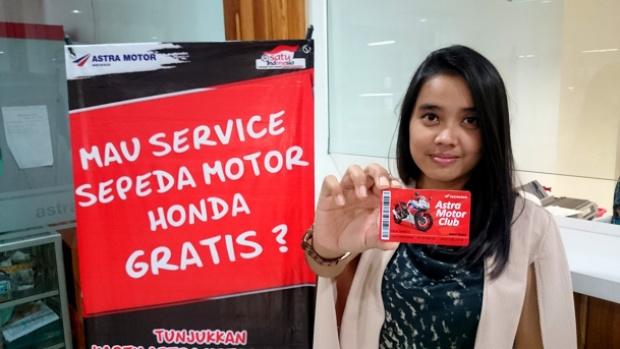 AstraMotor1 – Salah satu konsumen memperlihatkan kartu Astra Motor Club miliknya saat menikmati kejutan awal tahun berupa servis gratis paket lengkap sepeda motor Honda. Sepanjang tahun Honda memberikan berbagai benefit menarik bagi konsumen melalui Astra Motor Club.