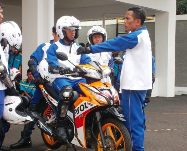 AstraMotor4 - Salah Satu Instruktur Tengah Menjelaskan Postur yang Baik Dalam Mengendarai Sepeda Motor Kepada Siswa/i Salah Satu Sekolah Kejuruan dari Pemalang