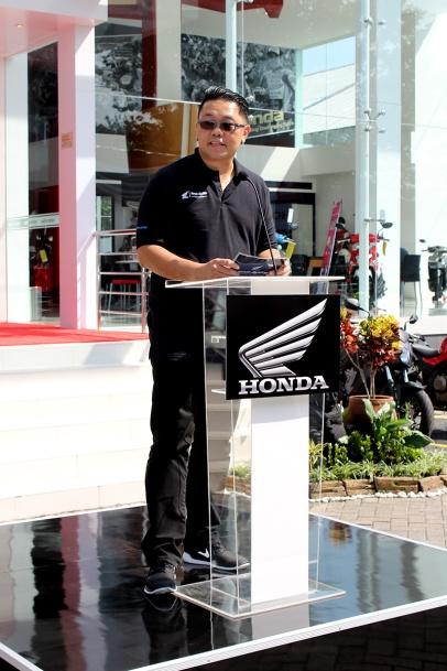 BigWing #2 – Ronaldo Widjaja, Region Head Astra Motor Yogyakarta memberikan sambutan sekaligus menjelaskan secara singkat fasilitas dan layanan premium yang disediakan oleh Honda Big Wing Showroom Astra Motor Center Yogyakarta.